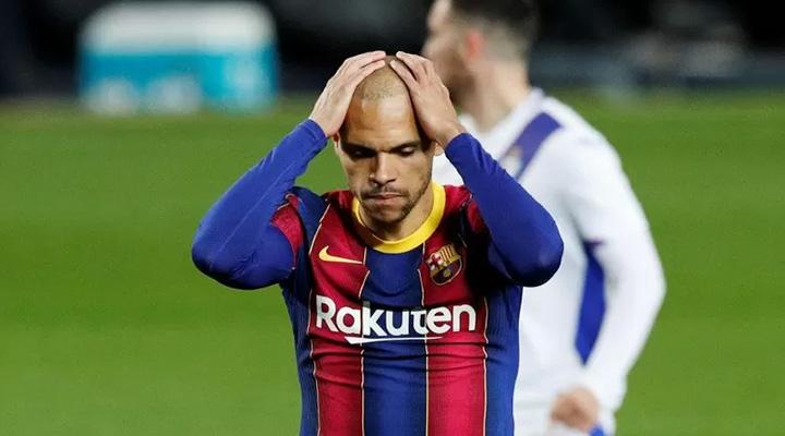Pemain Barcelona Martin Braithwaite gagal melakukan eksekusi penalti di pertandingan La Liga melawan Eibar di Camp Nou, Barcelona